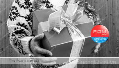 Màu sắc của gói quà mang tặng dịp tết quan trọng hơn bên trong nó chứa đựng quà gì. Ảnh minh họa