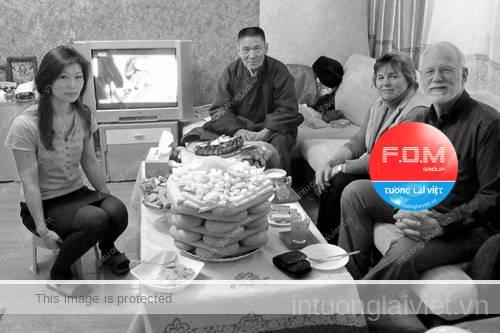 Món ăn truyền thống trong Tết Tsagaan Sar là các sản phẩm làm từ sữa, bánh buuz (giống như bánh bao), thịt cừu, thịt bò, sữa dê.