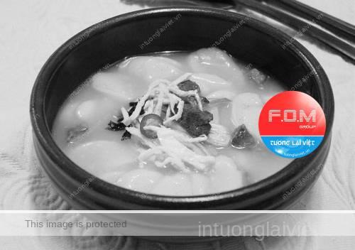 Người Triều Tiên tin rằng vào ngày đầu tiên của năm mới nếu dùng một bát Ttok-kuk thì họ sẽ được thêm một tuổi nữa.