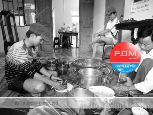 Nhiều gia đình Việt Nam vẫn giữ phong tục gói bánh chưng, bánh tét để nhớ về cội nguồn cầu mong cho năm mới may lành, no đủ, và tốt đẹp.